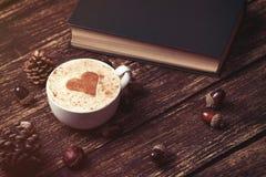 Cuvette de café et de livre Photos stock