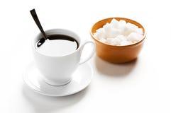Cuvette de café et de plaque avec du sucre Images stock