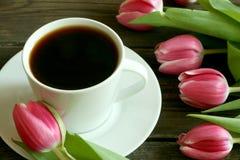 Cuvette de café et de tulipes Images libres de droits
