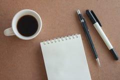 Cuvette de café et fournitures de bureau D'isolement sur le fond blanc Images libres de droits