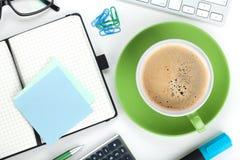 Cuvette de café et fournitures de bureau vertes Photographie stock libre de droits