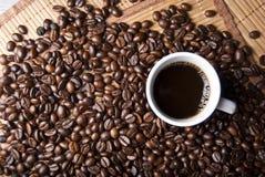 Cuvette de café et grains de café Images stock