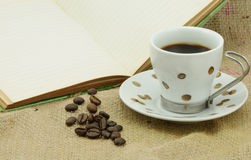 Cuvette de café et grains de café Photo libre de droits