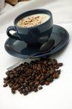 Cuvette de café et grains de café image libre de droits