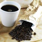 Cuvette de café et grains de café rôtis Image stock