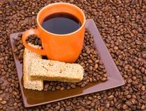Cuvette de café noir avec des biscottes images libres de droits