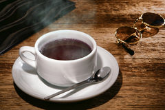 Cuvette de café noir chaude sur le vieux Tableau en bois de restaurant Photo libre de droits