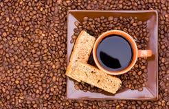 Cuvette de café noir et de biscottes visualisés à partir du dessus photographie stock libre de droits