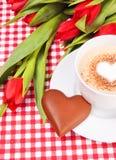 Cuvette de café ou de cappuccino avec le coeur de chocolat Photos libres de droits