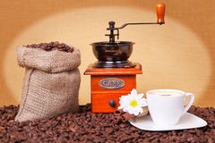 Cuvette de café, rectifieuse et sac à toile de jute de café Images stock