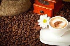 Cuvette de café, rectifieuse et sac à toile de jute de café Photo libre de droits