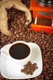 Cuvette de café, rectifieuse et sac à toile de jute de café Image stock