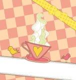 Cuvette de café rose sur un drapeau Images stock