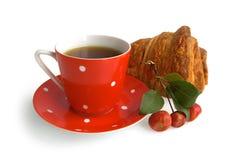 Cuvette de café rouge avec le croissant et la pomme Photos stock
