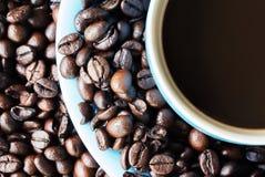 Cuvette de café sur des grains de café Images libres de droits