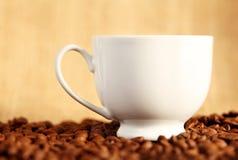Cuvette de café sur des haricots Photos libres de droits