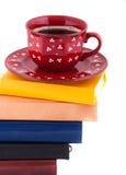 Cuvette de café sur la pile des livres images libres de droits