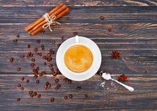 Cuvette de café sur la soucoupe avec la cuillère Bâtons de vanille Six côtés Photos libres de droits