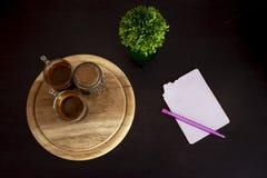 Cuvette de café sur la table illustration libre de droits