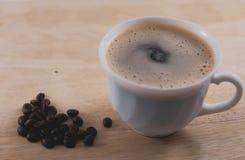 Cuvette de café sur la table photographie stock