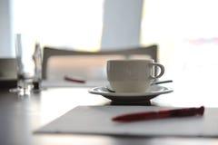 Cuvette de café sur la table Images stock