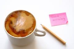 Cuvette de café sur la table Café avec de la crème Autocollant et crayon photo stock