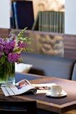 Cuvette de café sur la table de restaurant Photos libres de droits