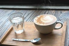 Cuvette de café sur la table en bois Photographie stock libre de droits