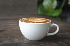 Cuvette de café sur la table en bois Photos stock