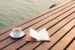 Cuvette de café sur le bois Photo libre de droits