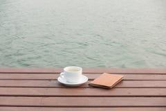 Cuvette de café sur le bois Photos stock