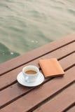 Cuvette de café sur le bois Photographie stock libre de droits