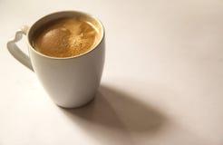 Cuvette de café sur le fond blanc Photo stock
