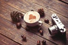 Cuvette de café sur le fond en bois Photographie stock