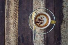 Cuvette de café sur le fond en bois Photos libres de droits
