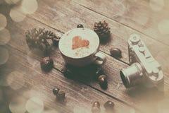 Cuvette de café sur le fond en bois Images libres de droits