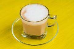 Cuvette de café sur un fond jaune Photos stock