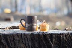 Cuvette de café sur une table en bois photo stock