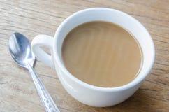 Cuvette de café sur une table en bois Photos libres de droits