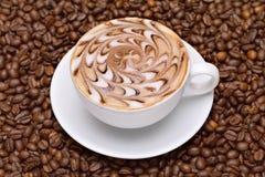 Cuvette de café avec des grains de café Photographie stock libre de droits