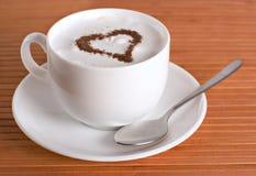 Cuvette de cappuccino avec le coeur Images libres de droits