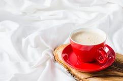 Cuvette de cappuccino chaud Petit déjeuner dans le lit Image libre de droits
