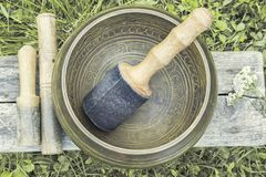 Cuvette de chant avec les maillets en bois Image stock