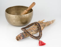 Cuvette de chant, perles de prière et bâton tibétains de tache. Photo libre de droits