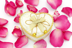 Cuvette de coeur et pétales roses Photos libres de droits