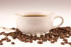 Cuvette de Coffe avec des haricots de coffe Images libres de droits