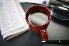Cuvette de Coffe sur le bureau Photographie stock libre de droits