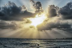 Cuvette de coucher du soleil les nuages images libres de droits