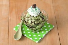 Cuvette de crème glacée en bon état avec des chocolats Images stock