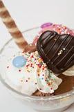 Cuvette de crême glacée avec la sucrerie et le gâteau Photo stock